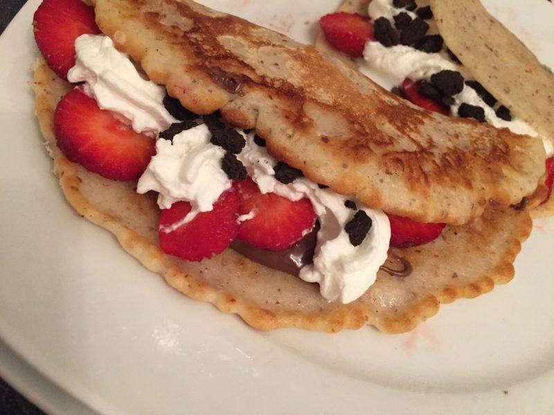 Pfannkuchen ohne Ei und Milch Füllung Sahne frisches Obst
