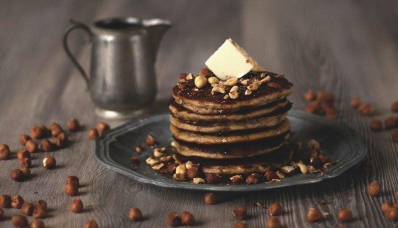 Eierkuchen ohne Milch mit Haselnüssen, Schokolade und Butter