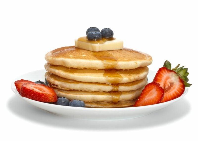 Eierkuchen ohne Milch Rezept Butter Honig frisches Obst
