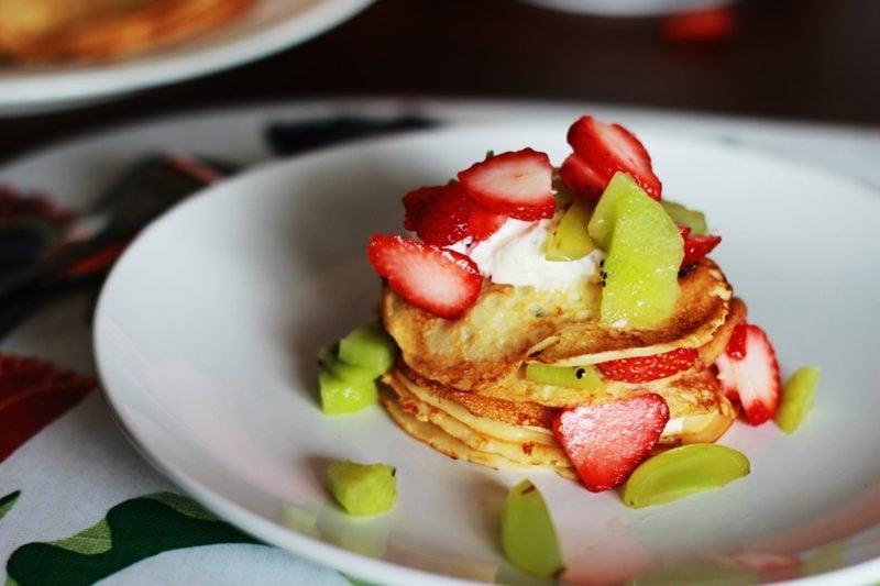 Eierkuchen ohne Milch Erdbeeren und Kiwi