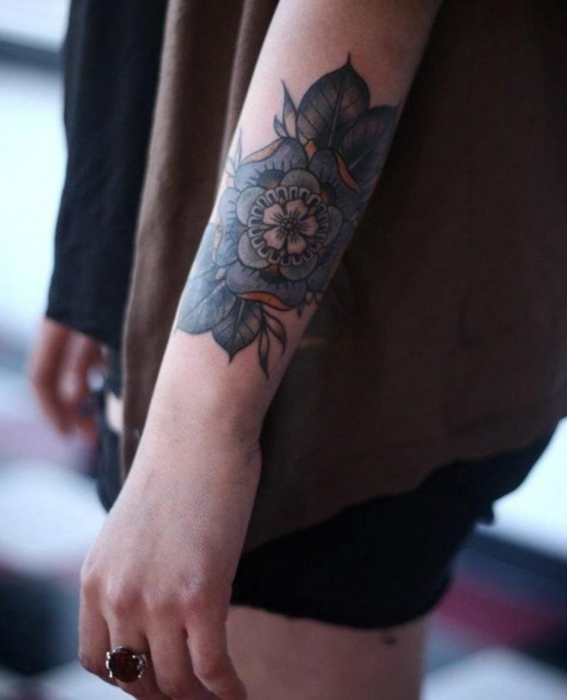 Tattoo auf Unterarm Frau Pfingstrose farbig