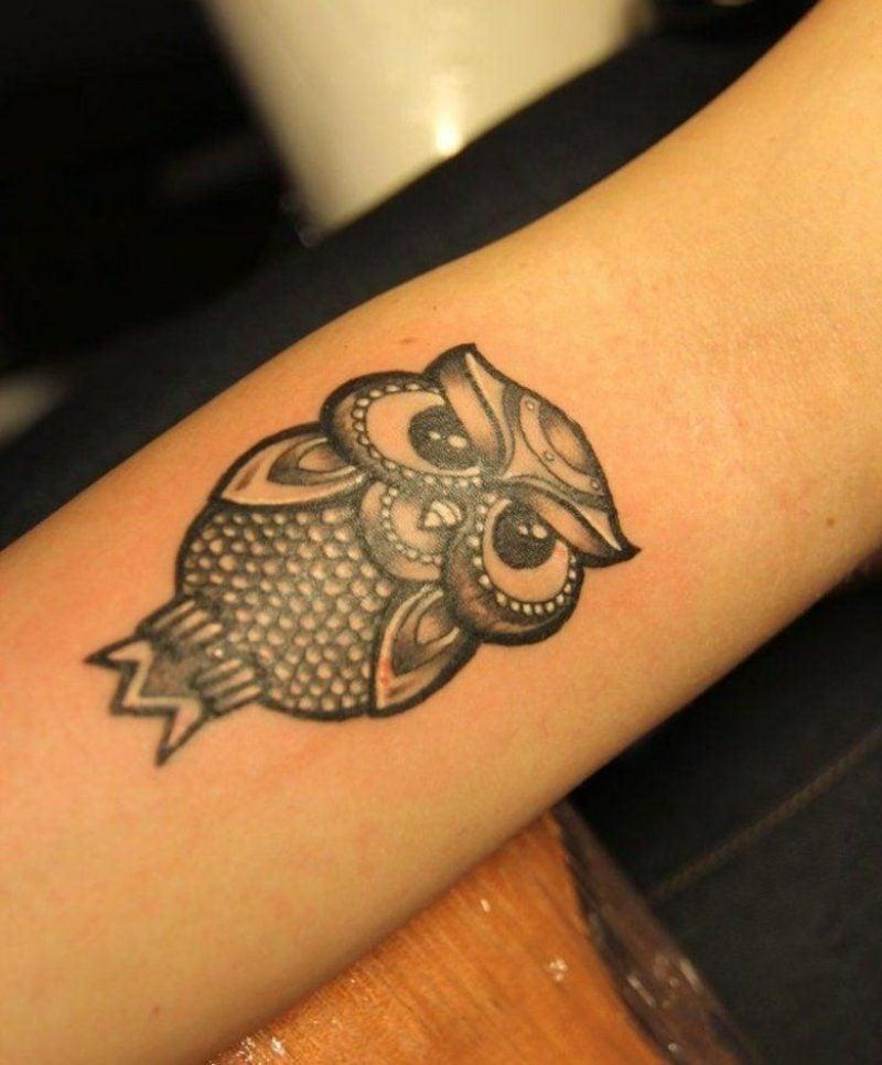 Tattoo auf Unterarm Frau Eule klein
