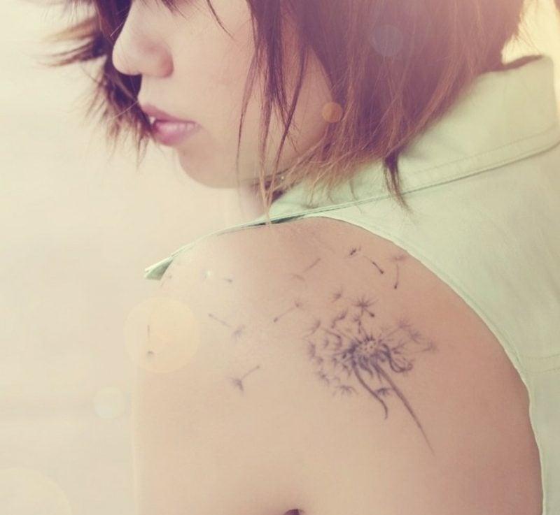 kleine Tattoos Motive Pusterblume am Schuter