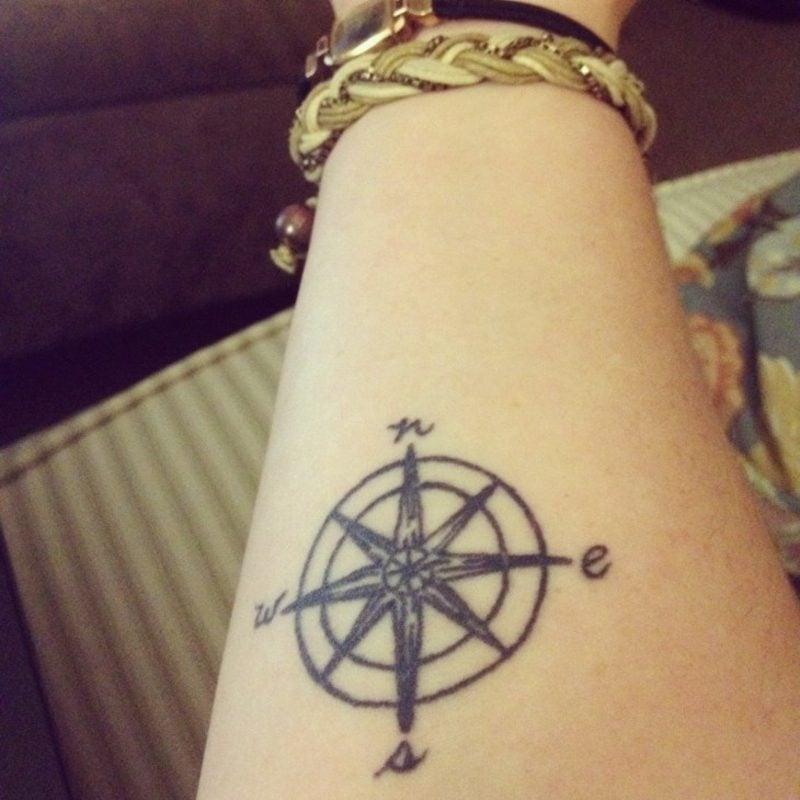 kleine Tattoos Motive Kompass Unterarm