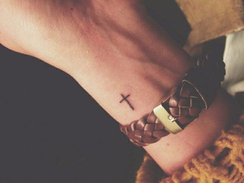 kleine Tattoos Motive Kreuz Handgelenk
