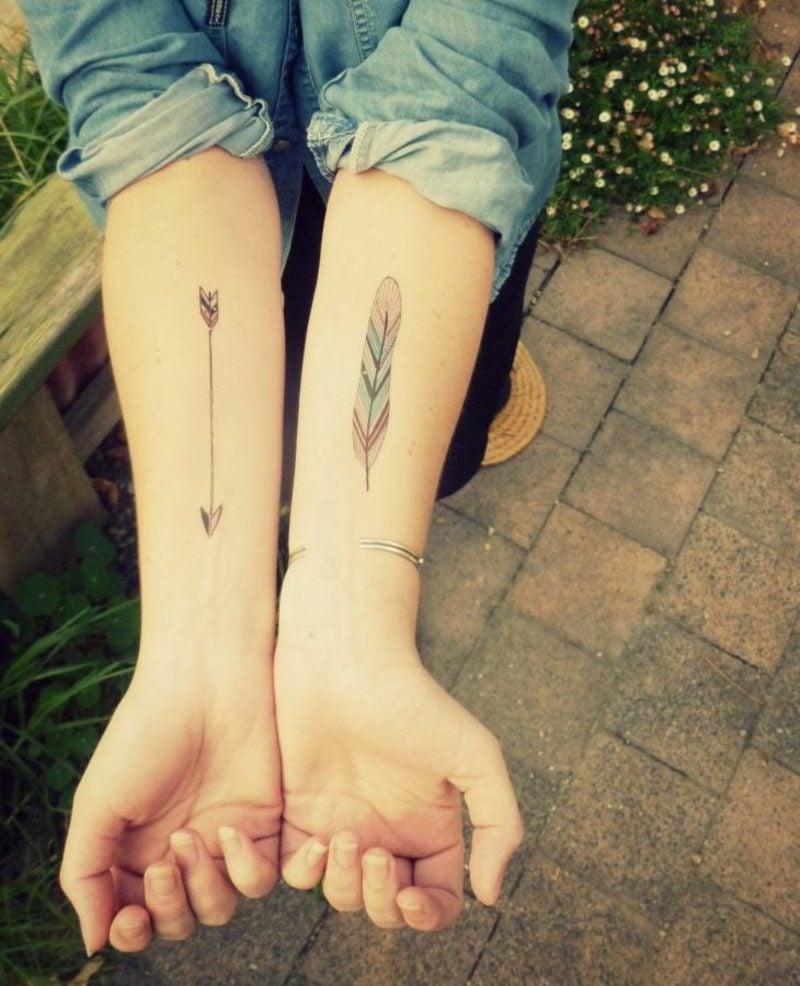 kleine Tattoos Motive Feder und Pfeil Unterarm