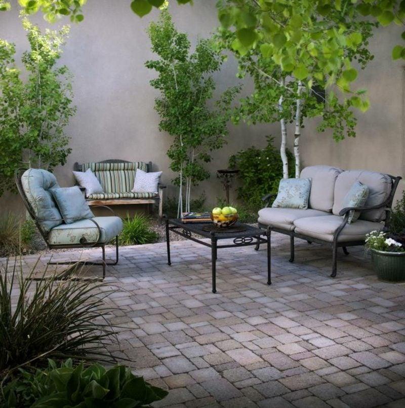 Terrassengestaltung herrlicher Look bequeme Möbel Bodenbelag Pflastersteine Sichtschutz