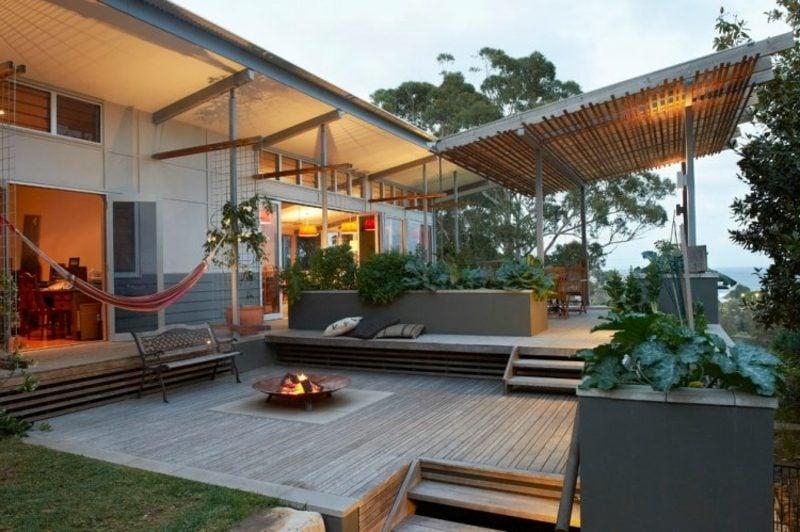 Terrassengestaltung modern Holzboden offene Feuerstelle