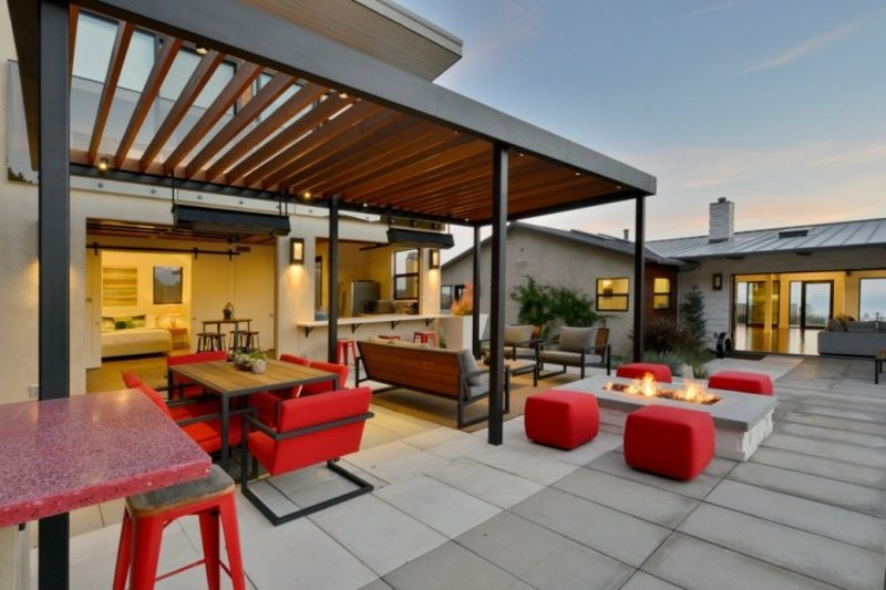 Terrassengestaltung bequeme Polstermöbel Akzente im Rot