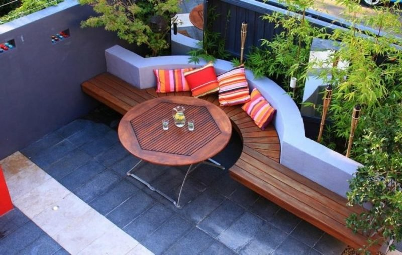 moderne Terrassengestaltung halbrunde Sitzecke Sichtschutz