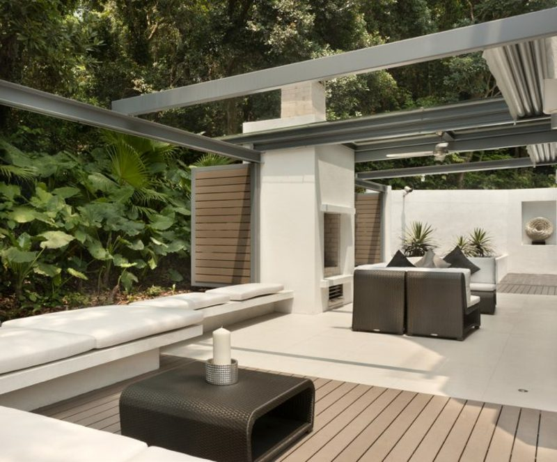 Terrassengestaltung moderner Look Rattanmöbel Sonnenschutz