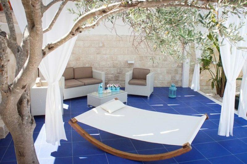 Terrassengestaltung orientalische Note keramische Bodenfliesen blau Rattanmöbel