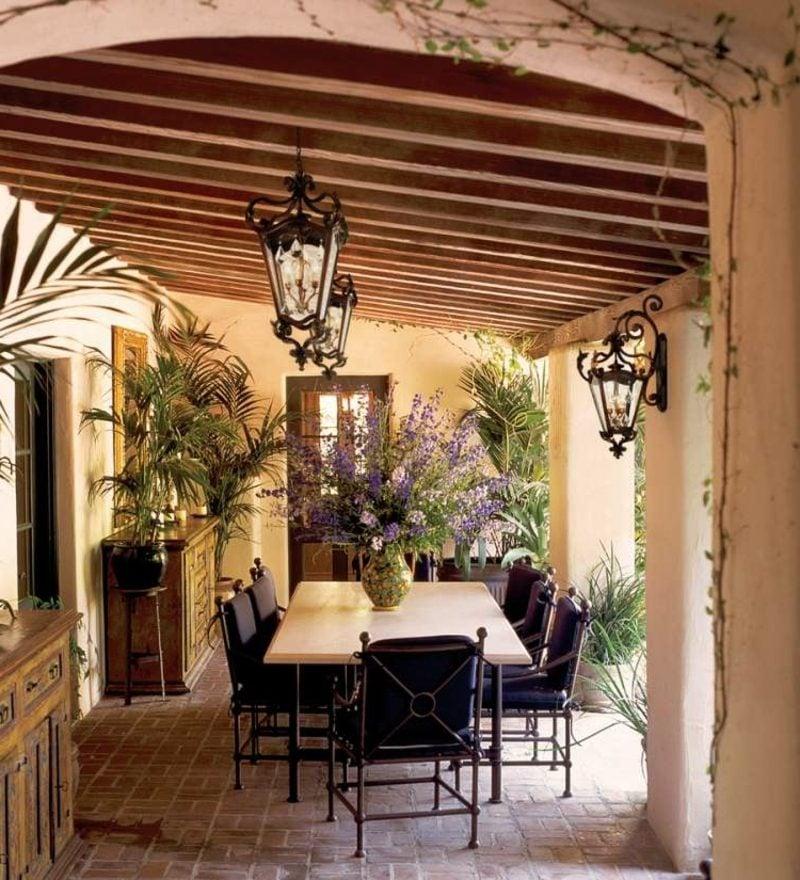 Terrassengestaltug im Vintage Stil Möbel Schmiedeisen Lavendel exotische Pflanzen Laternen