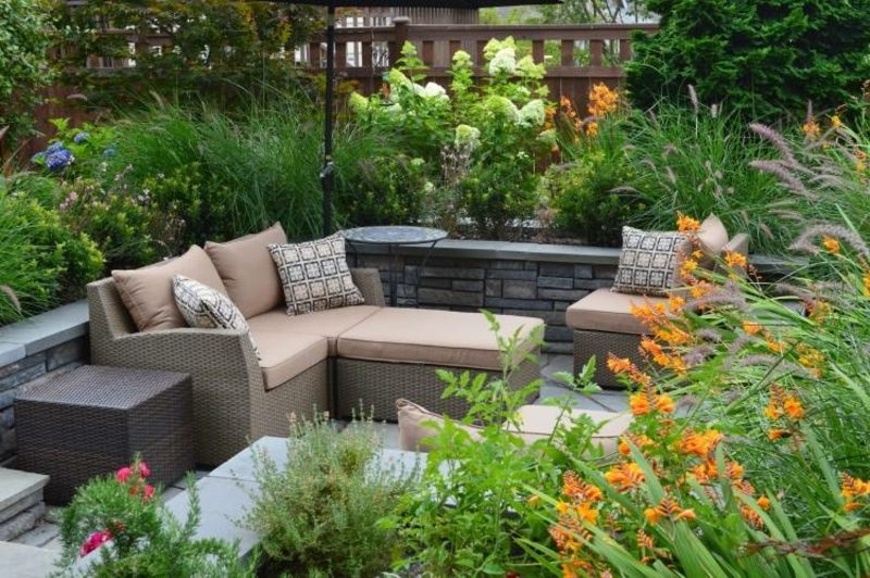 Terrassengestaltung moderne Ideen Sichtschutz Pflanzen Rattanmöbel