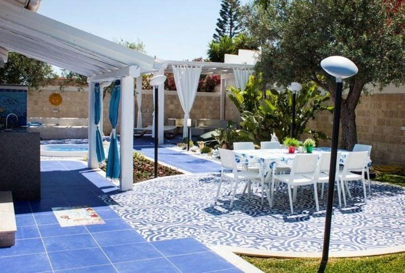 Terrassengestaltung weiss und blau orientalisch Bodenbelag keramische Fliesen
