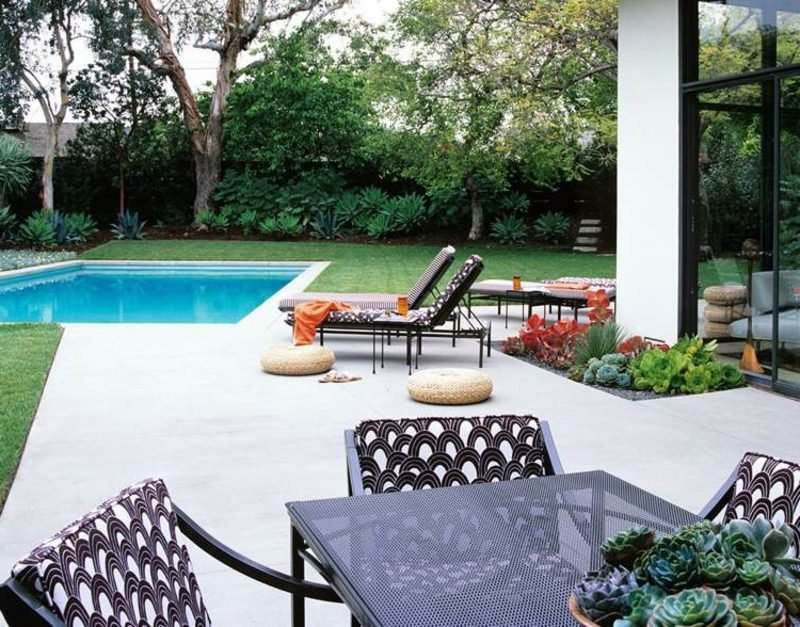 Terrassengestaltung modern Pool bequeme Möbel