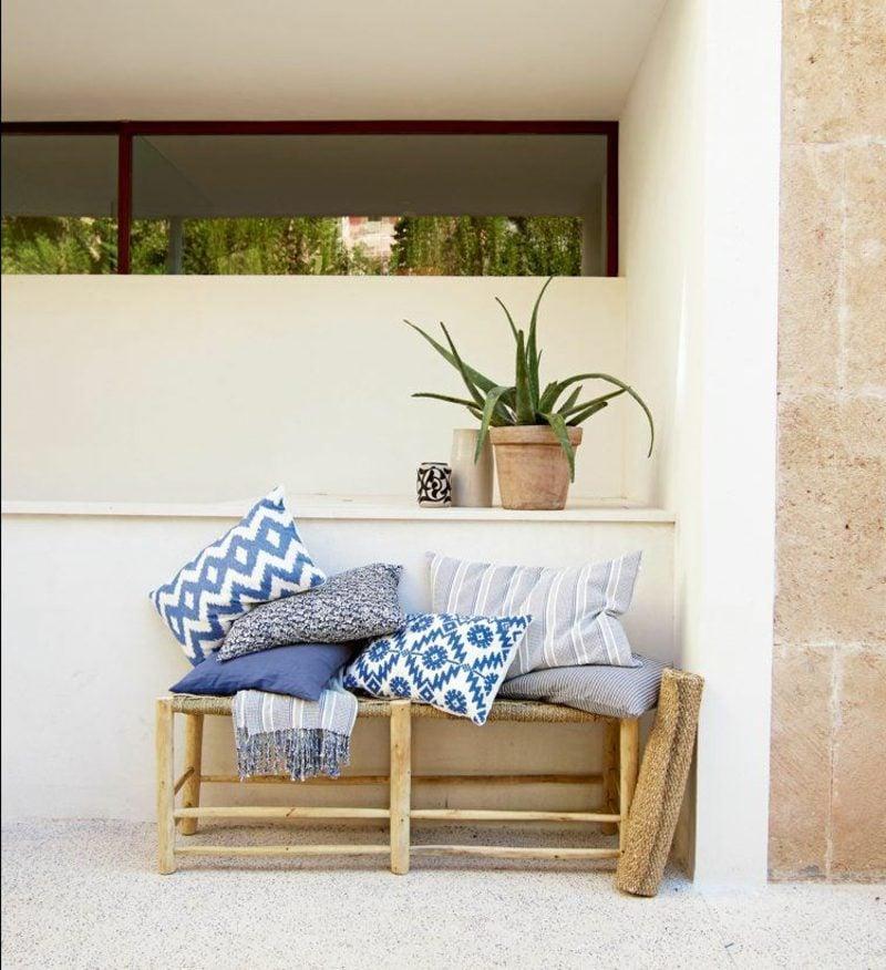 Terrassengestaltung Bambusmöbel bunte Kissen