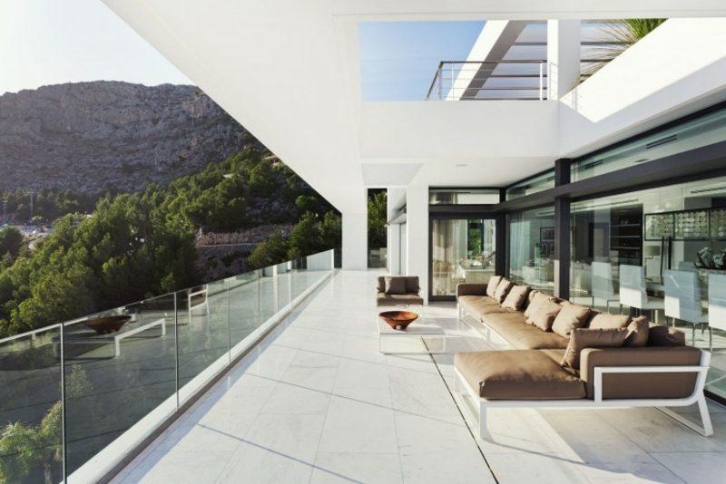 Terrassengestaltung Stadtwohnung moderne Möbel bequemes Ecksofa