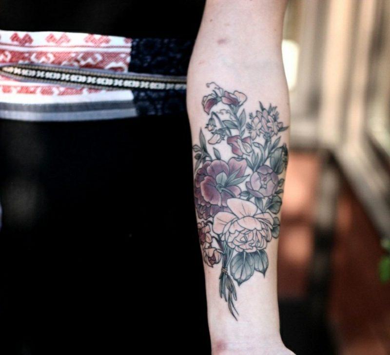 Tattoo auf Unterarm Blumenstrauss kreative Ideen Frauen
