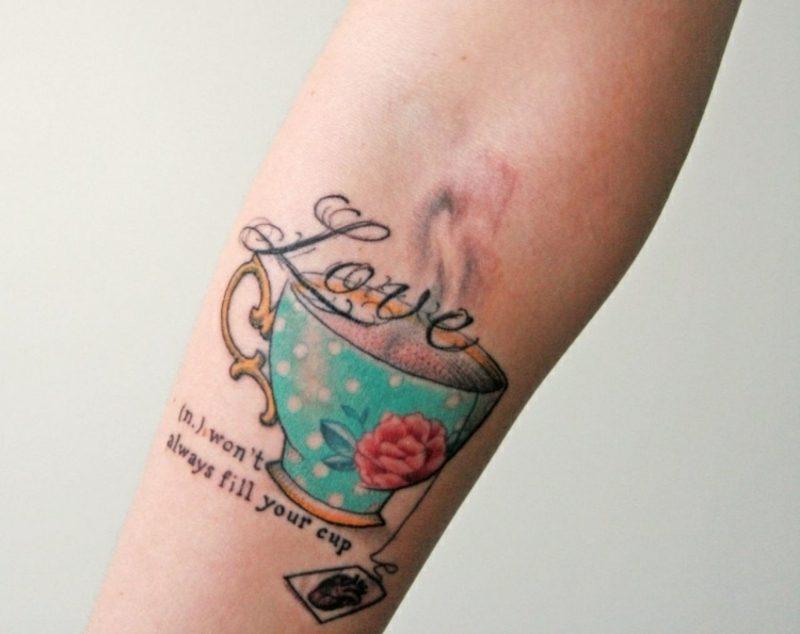 Tattoo auf Unterarm Teetasse farbig Frau
