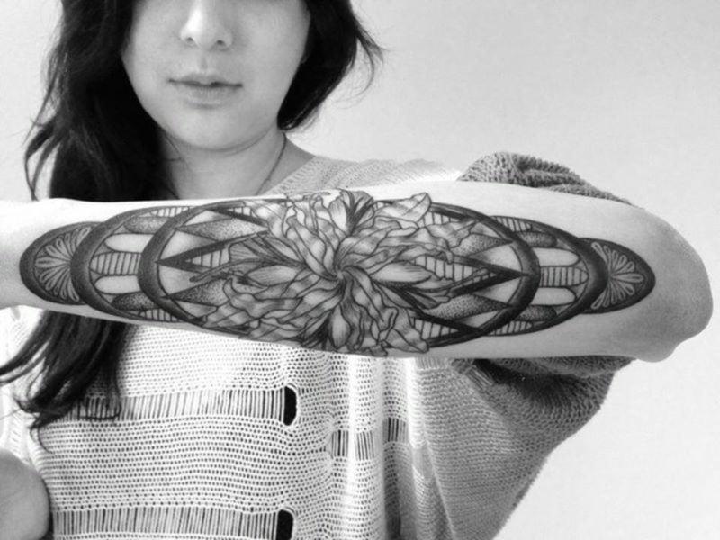 originelles Tattoo auf Unterarm Frau geometrische Motive 3D-Effekt
