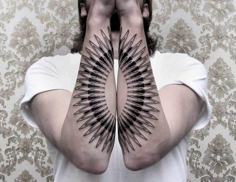 Tattoo auf Unterarm originelles Design Feder Mann
