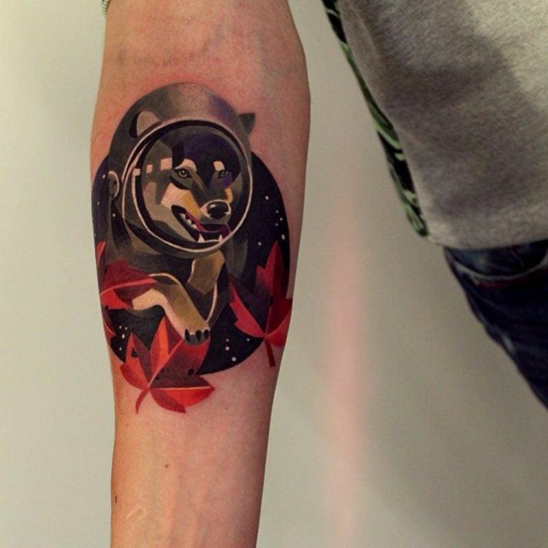 Tattoo auf Unterarm Mann Wolf interessantes Design farbig
