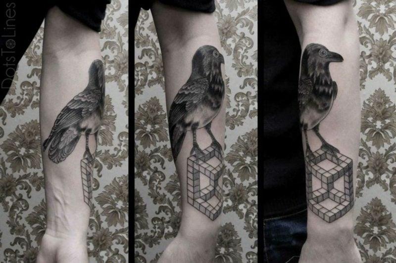 Tattoo auf Unterarm Mann Rabe realistische Darstellung