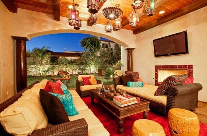 Wohnzimmer gestalten marokkanischer Stil grelle Farben Laternenlichter herrlicher Look
