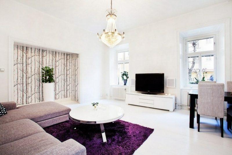 Wohnzimmer gestalten skandinavischer Stil Farbgestaltung weiss Akzente in Lila