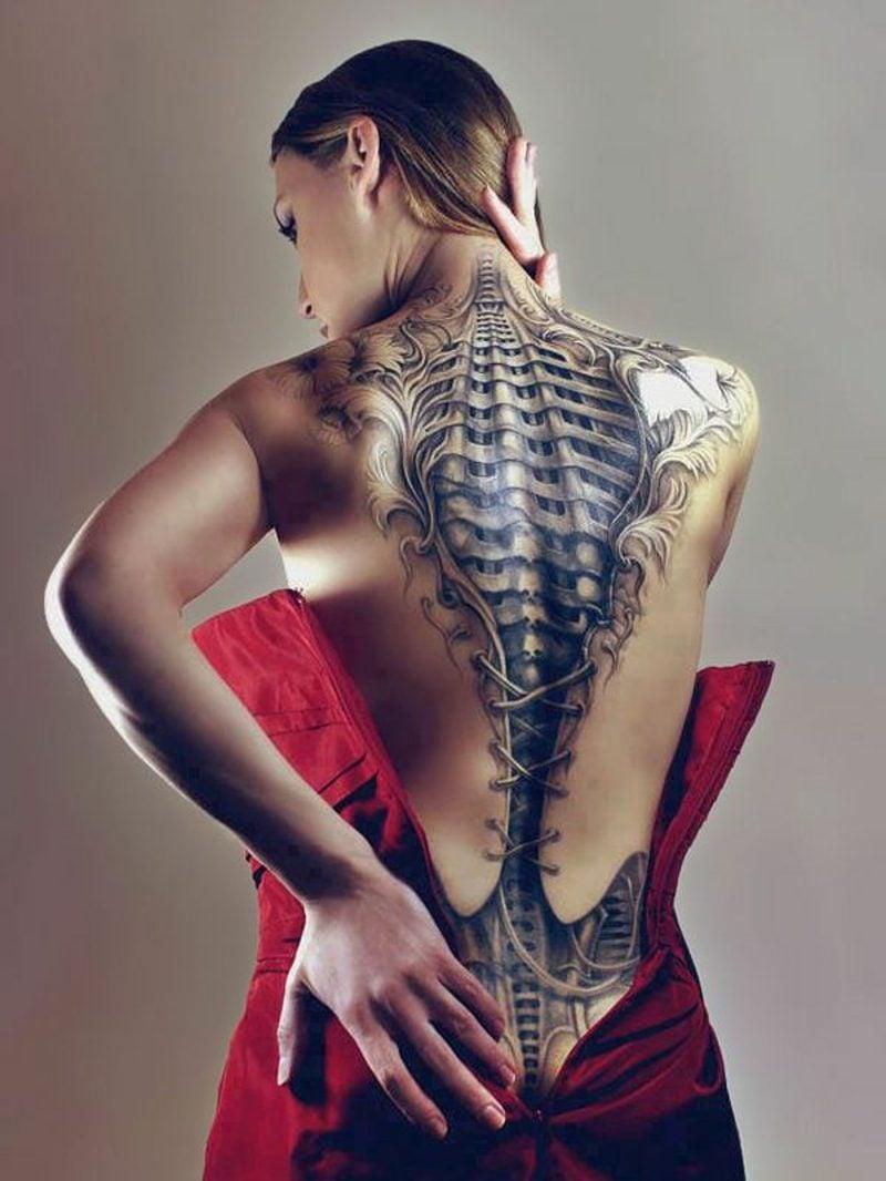 frau Biomechnik Tattoo rücken