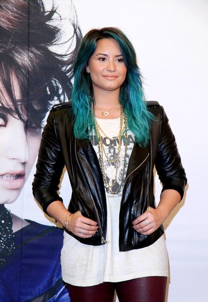 blaue haare haarfarben blau trend haarfarbe demi lovato blaue ombre haare promis