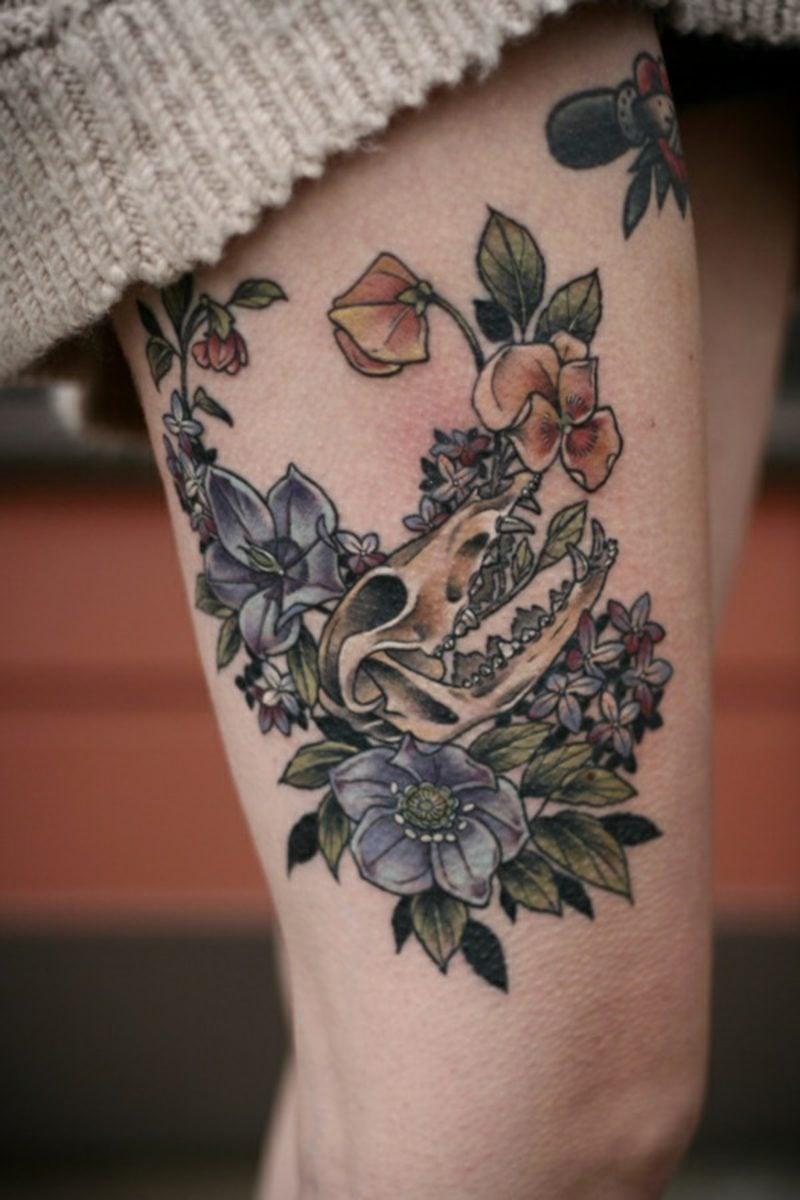 Entwurf von drei Blumen im Nacken der sehr intensiven Farben hat