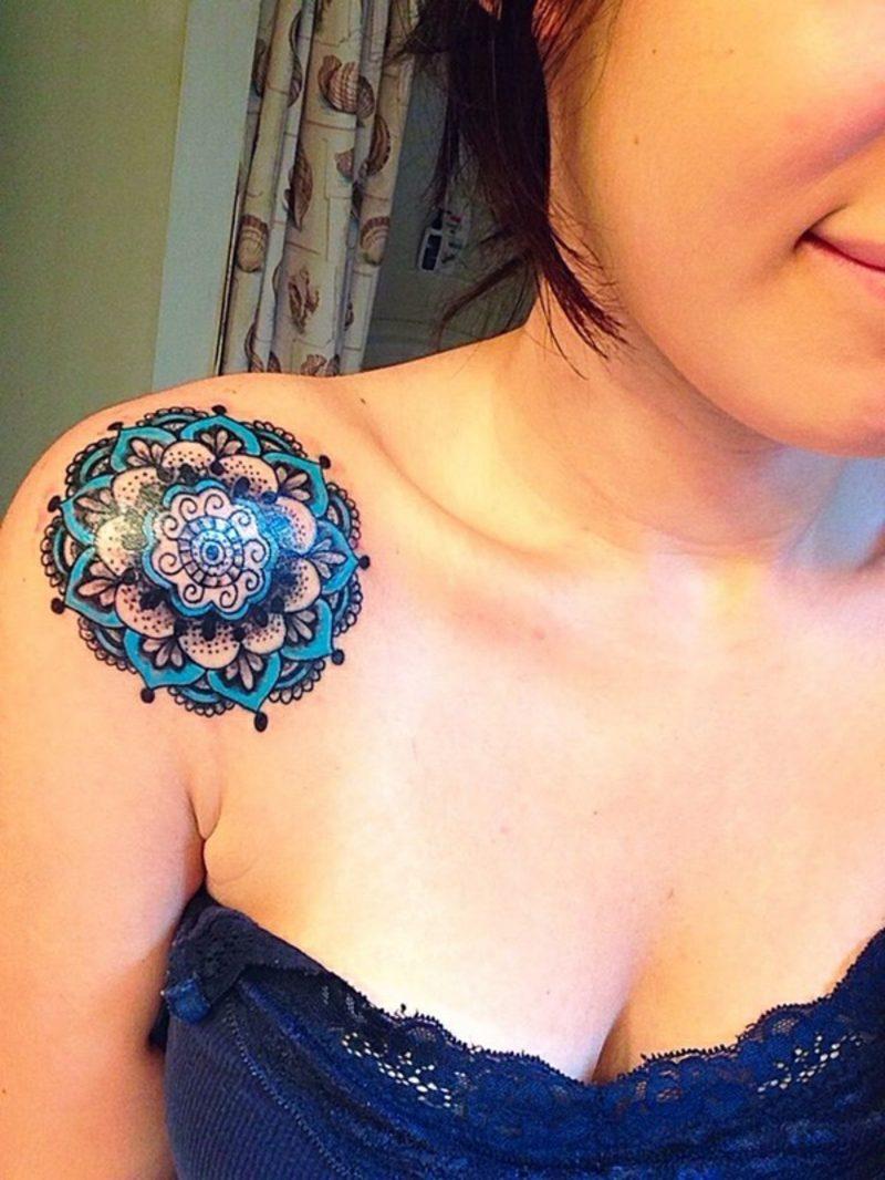Tattoo einer Hawaii-Blume in schwarz und blau