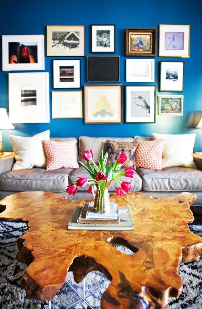 wohnzimmer gestalten einrichtungsideen tisch aus holz wandgestaltung sofa deko kissen