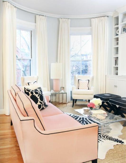 wohnzimmer gestalten einrichtungsideen rosa sofa tisch aus glas