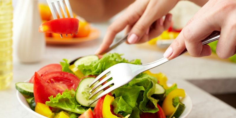Essen ohne Kohlenhydrate frischer Salat
