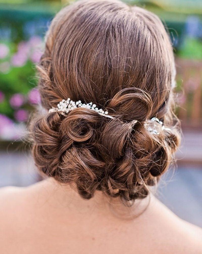 Hochzeitsfrisur Brautjungfer elegante Hochsteckfrisur mit Haarschmuck