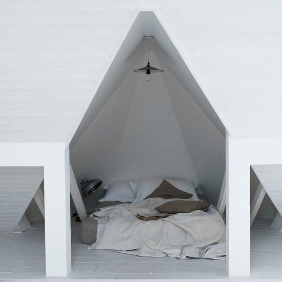kleines schlafzimmer gestalten skandinavischer stil schlafzimmer design bett kissen weiß