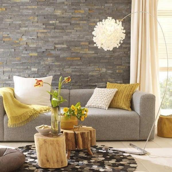 wohnzimmer einrichten ideen tisch aus holz sofa deko kissen lampe