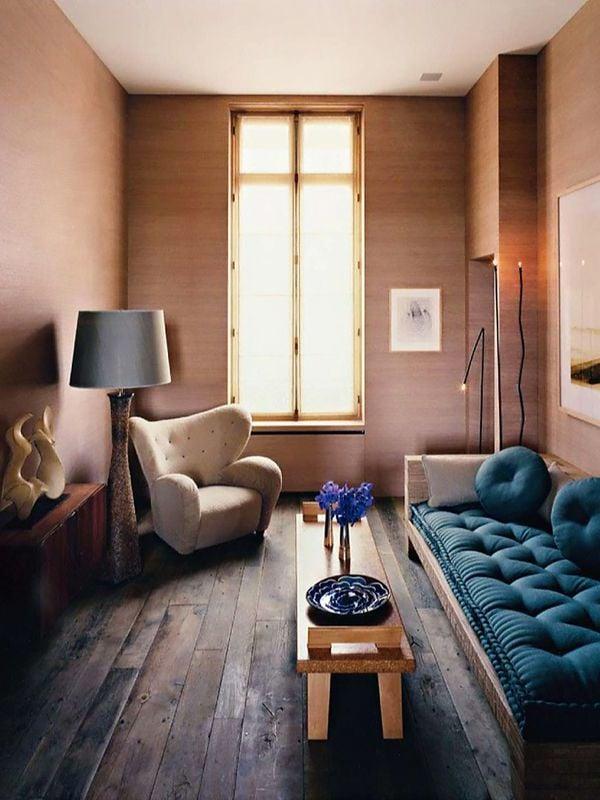 wohnzimmer einrichten ideen tisch aus holz sofa blau sessel