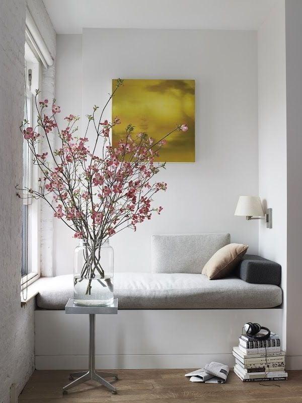wohnzimmer einrichten blumen dekoration sofa