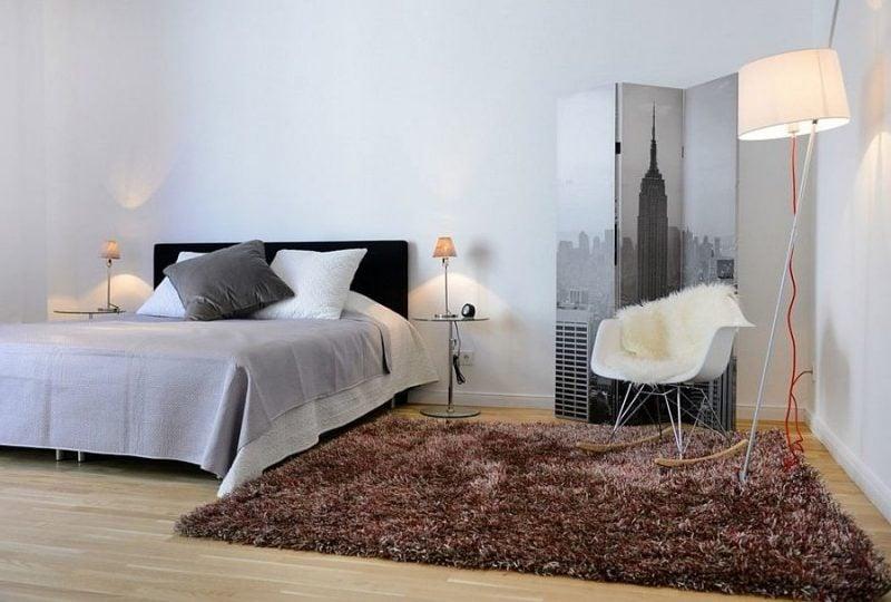 schlafzimmer einrichten ideen freundliche farben teppich nachttisch bett kissen