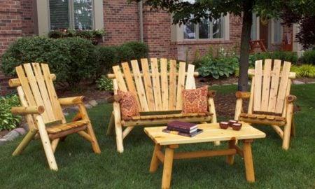 massive-gartenmöbel-drei-stuhl-set-tisch-holz-kissen-musterbezug-bücher-kerzen-vorgarten
