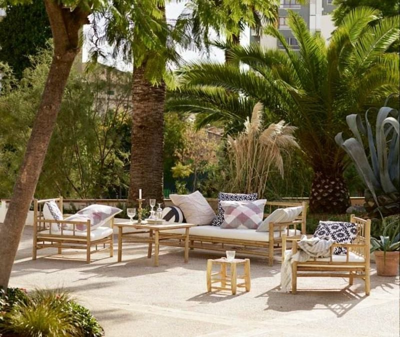Terrassengestaltung Sichtschutz Palmen Bambusmöbel