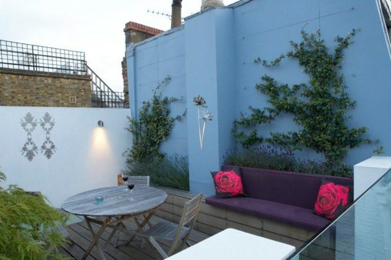 Terrassengestaltung Sichtschutz hoher Zaun Akzentbeleuchtung