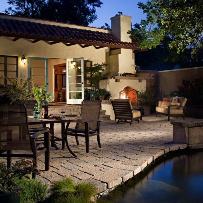 Terrassengestaltung moderne Ideen Teich Bodenbelag Pflastersteine Akzentbeleuchtung