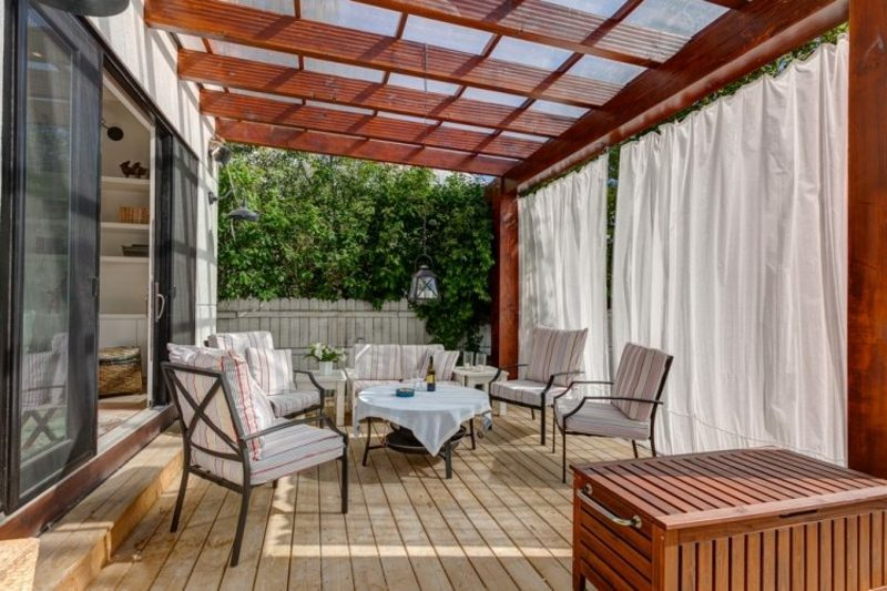modern Terrassengestaltung Terrassenüberdachung als Wandbau
