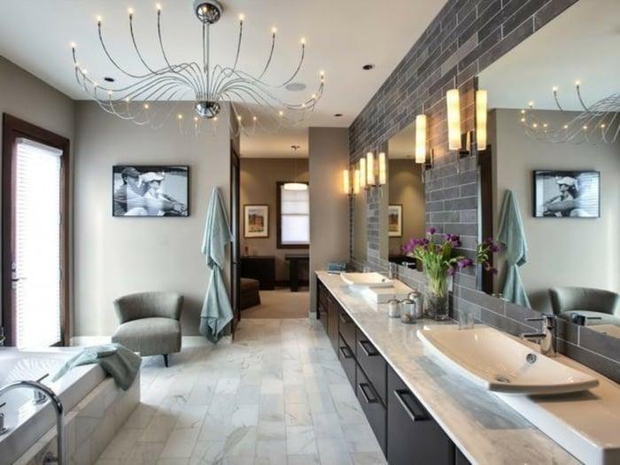 modernes-bad-einrichten-bild-frische-blumen-dekoideen-badezimmer-dekorieren-zu-hause-entspannen