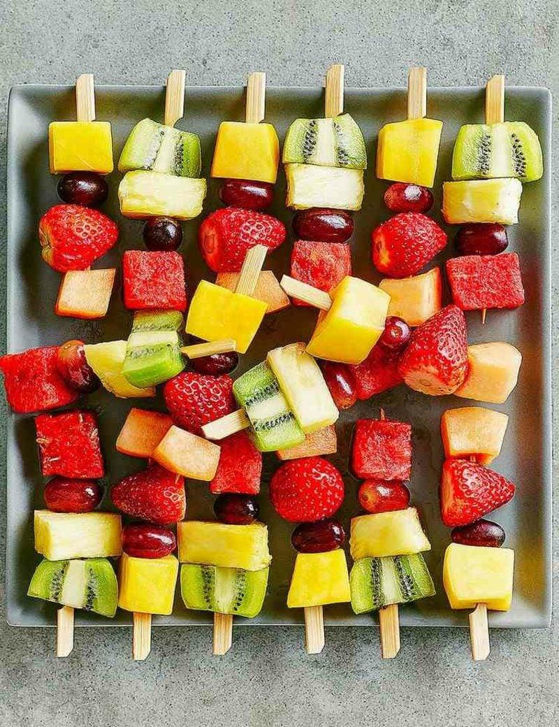 Party snacks gesung Spiesse mit frischem Obst